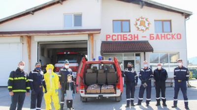 Пожарникарите на Банско раздадоха дарена храна на нуждаещи се хора