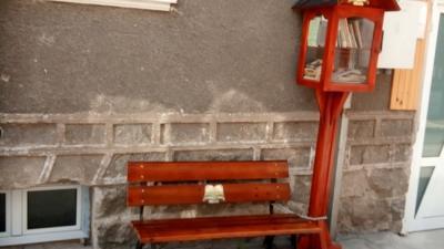 Младо семейство постави къщичка за книги пред дома си в Якоруда