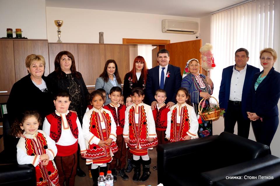 Кметът на Струмяни посрещна Баба Марта и мартенчета