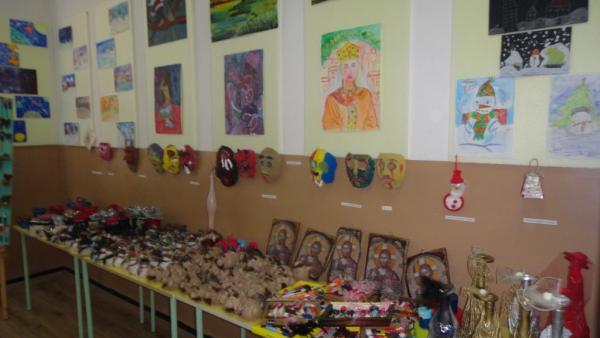Благотворителна изложба надслов  Благословена да е ръката, която дарява  беше открита в VIII СУ в Благоевград