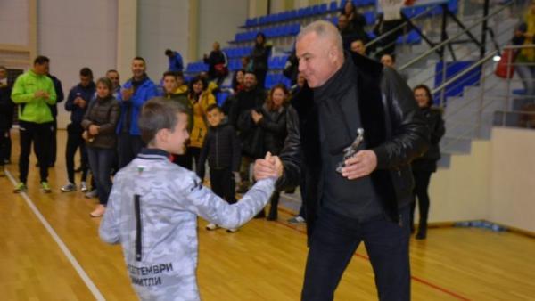 Деца играха в Симитли пред испански звезди, а кметът  Апостолов връчи купи