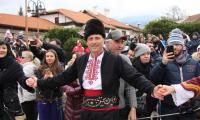 Кметът Георги Икономов тропна кукерско хоро на площада в Банско, пожела здраве и късмет на всички /Снимки/
