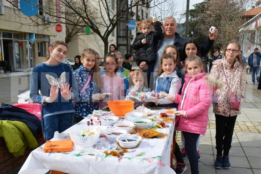 Кмет и деца заедно боядисваха яйца на площада в Симитли
