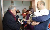Кметът Москов отрупа с подаръци първото бебе за годината на Гоце Делчев