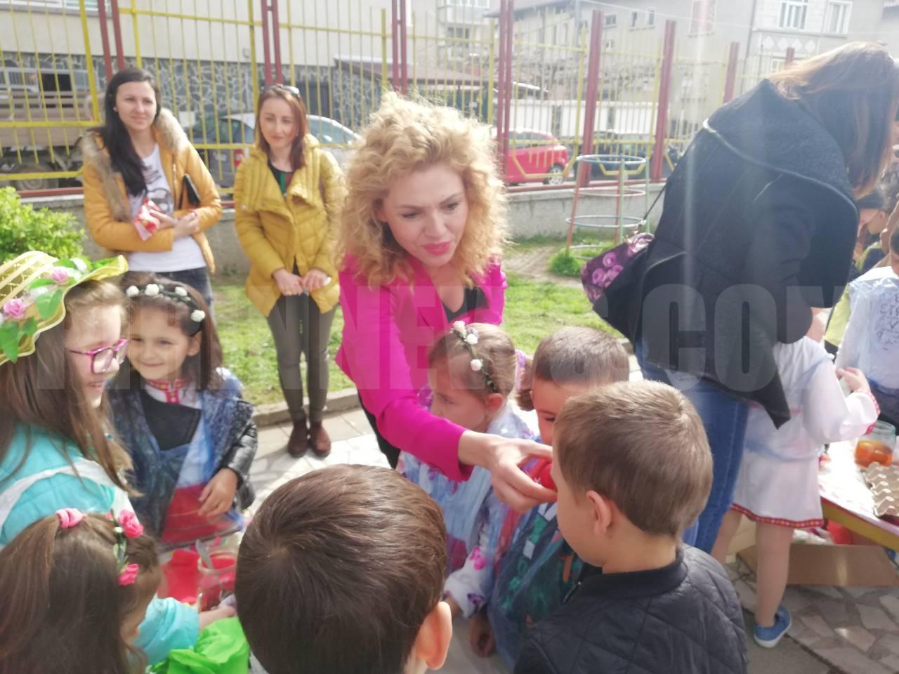 Зам.- кметът  Христина Шопова боядисва яйца с малчугани