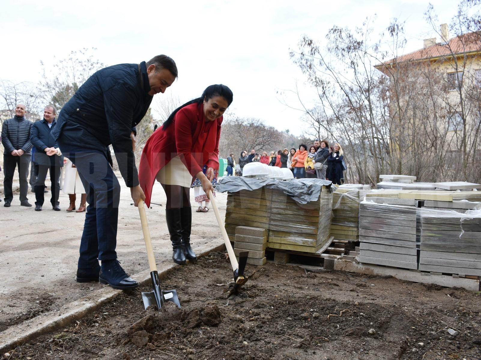 Камбитов и Румяна Петкова направиха първа копка по проект  Социална инфраструктура за услуги и деца