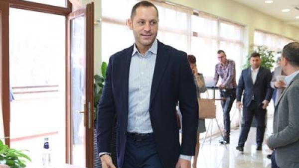 Зам.министърът на икономиката Александър Манолев горд татко на трето детенце