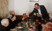 Кметът Георги Икономов изненада с цветя дамите от общинска администрация и пенсионерският клуб в Банско