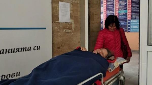 Цинизъм!Благоевградският ТЕЛК принуди близките на жена с 5 инсулта да бъде докарана на носилка от Рупите