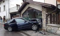 Младеж изгуби контрол над колата си и се заби във витрина в Банско