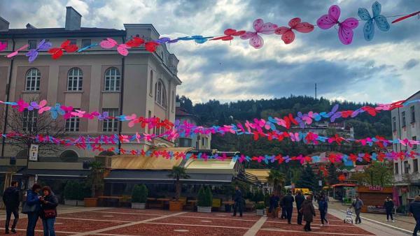 Уникална арт инсталация! Цветни пеперуди красят Благоевград за Великденските празници