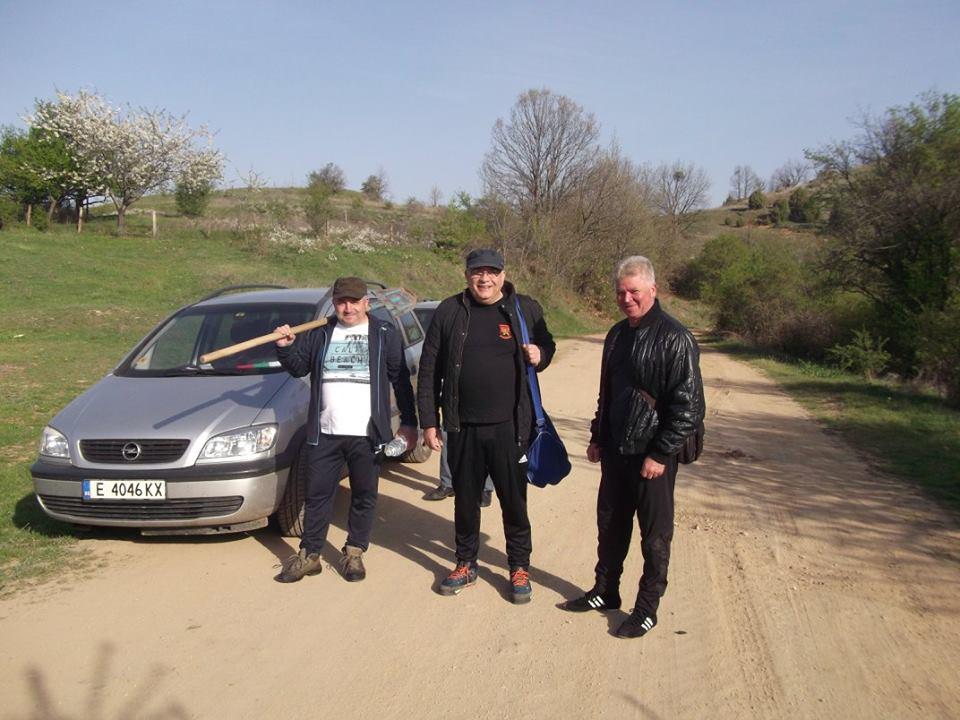 Активисти на ВМРО засадиха 600 фиданки бял бор на Влахина планина