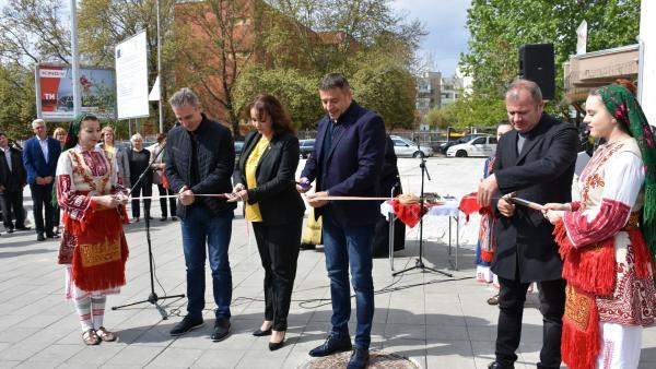 Кметът д-р Камбитов откри благоустроената улица  Марица , която не беше ремонтирана повече от 50 години