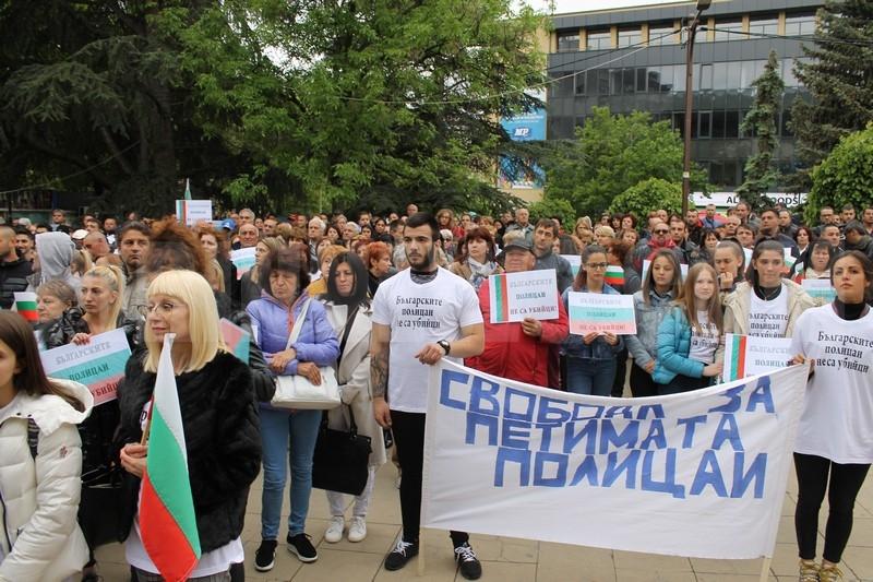 Стотици на протест в защита на осъдените полицаи, с петиция ще искат помилване от президента