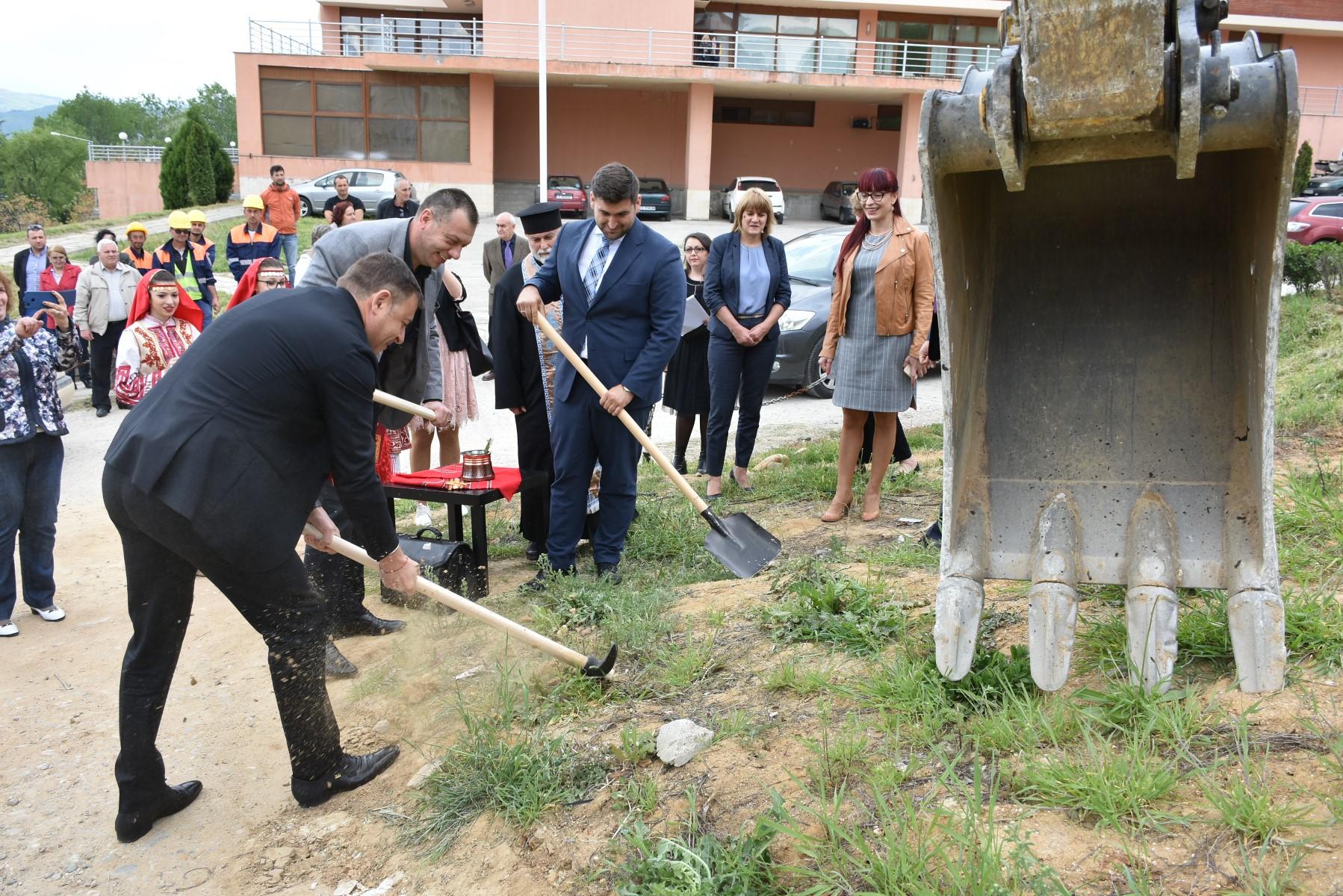 Камбитов направи първа копка за обещаното благоустрояване на 4-ти микрорайон