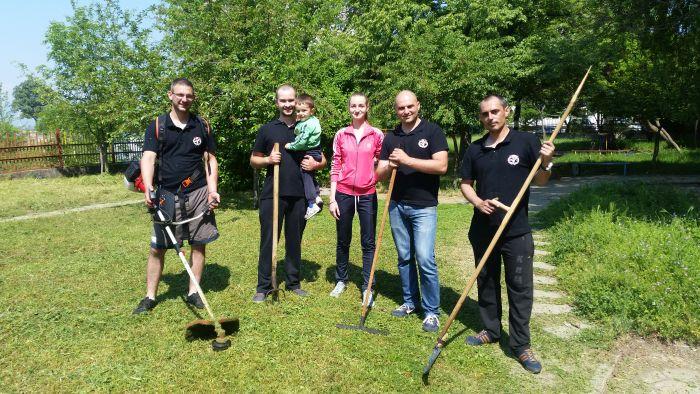 Доброволци от ВМРО почистиха двора на детска ясла в Благоевград