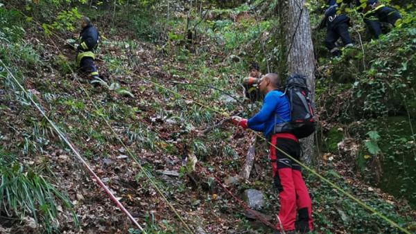 Тежка нощна акция в планина Беласица, извадиха мъж паднал от водопад /снимки от акцията/
