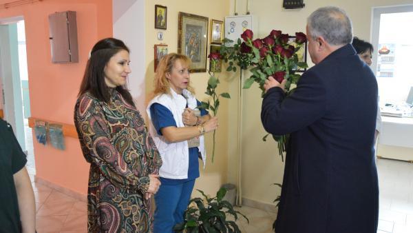 Кметът Владимир Москов подари по една червена роза за Деня на родилната помощ