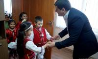 Деца огласиха сградата на община Струмяни и зарадваха служителите с мартенички