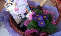 Кметът на Струмяни прати кошници с цветя и вино на дамите от институциите и домовете за възрастни хора за 8-ми март
