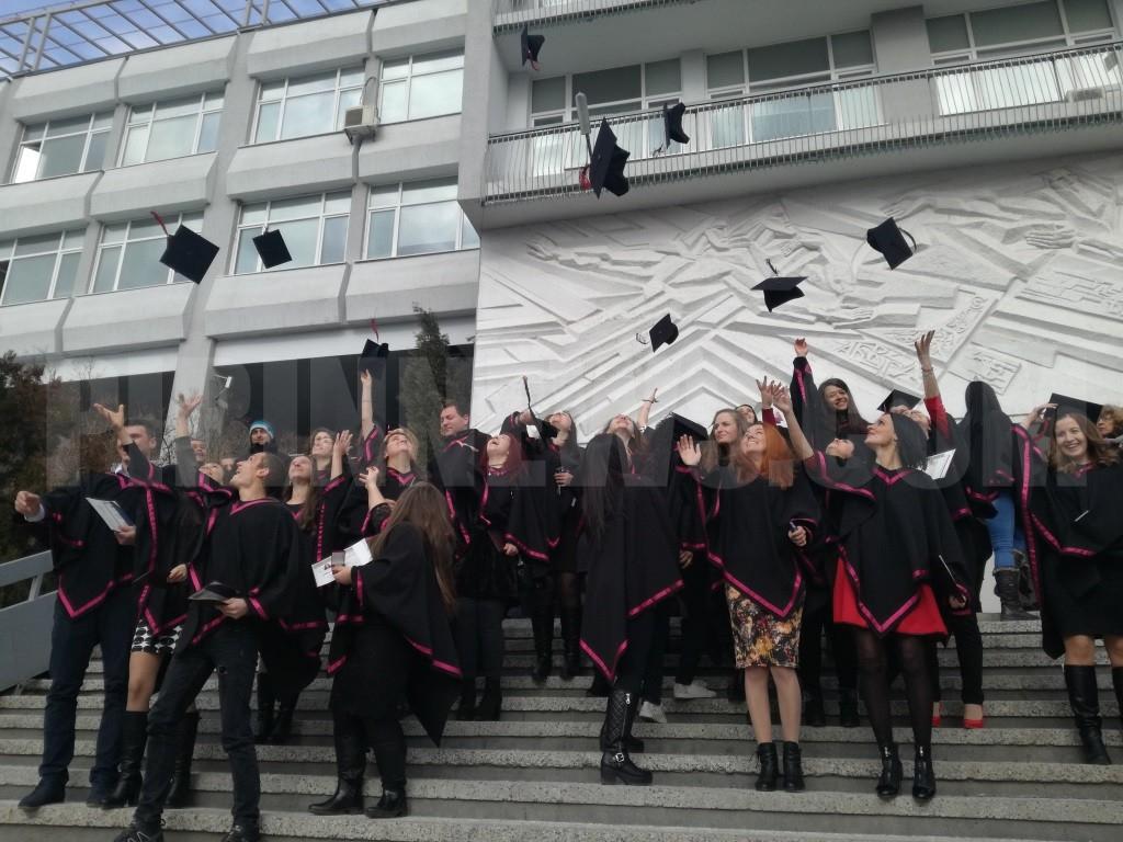 Шефът на ВАС връчва  дипломите на випускниците от Правно-историческия факултет към ЮЗУ  Неофит Рилски