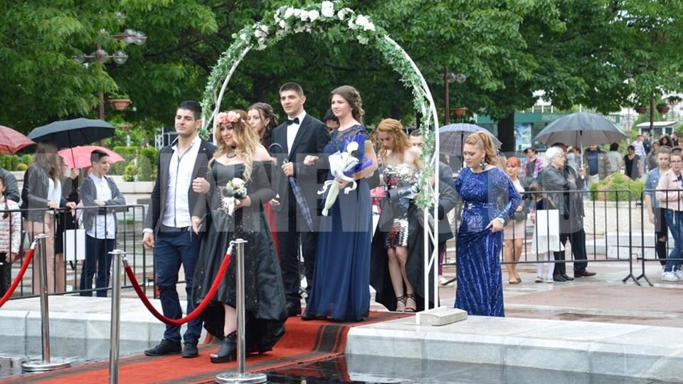 Абитуриентите от Випуск 2018 в Благоевград дефилират на моста при Младежки дом