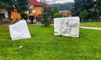 Скулптор извая  символите на Разлог