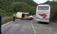 Микробус и автобус се удариха на пътя за Гоце Делчев,ранени са мъж и дете