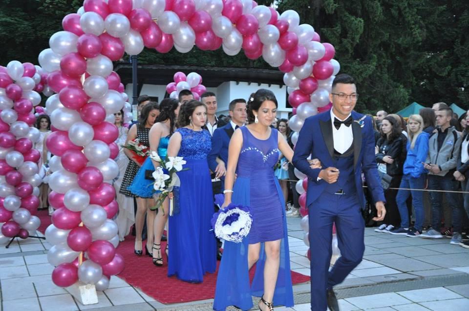 Червен килим и балони за абитуриентите от Разлог