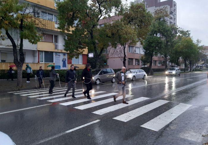Протестиращи се оковаха с вериги и затвориха улицата пред полицията в Благоевград