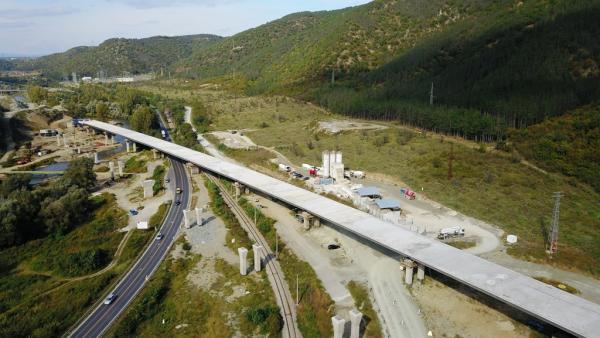 В заключителен етап е изграждането на платното за София на виадукта при тунел  Железница  на АМ  Струма