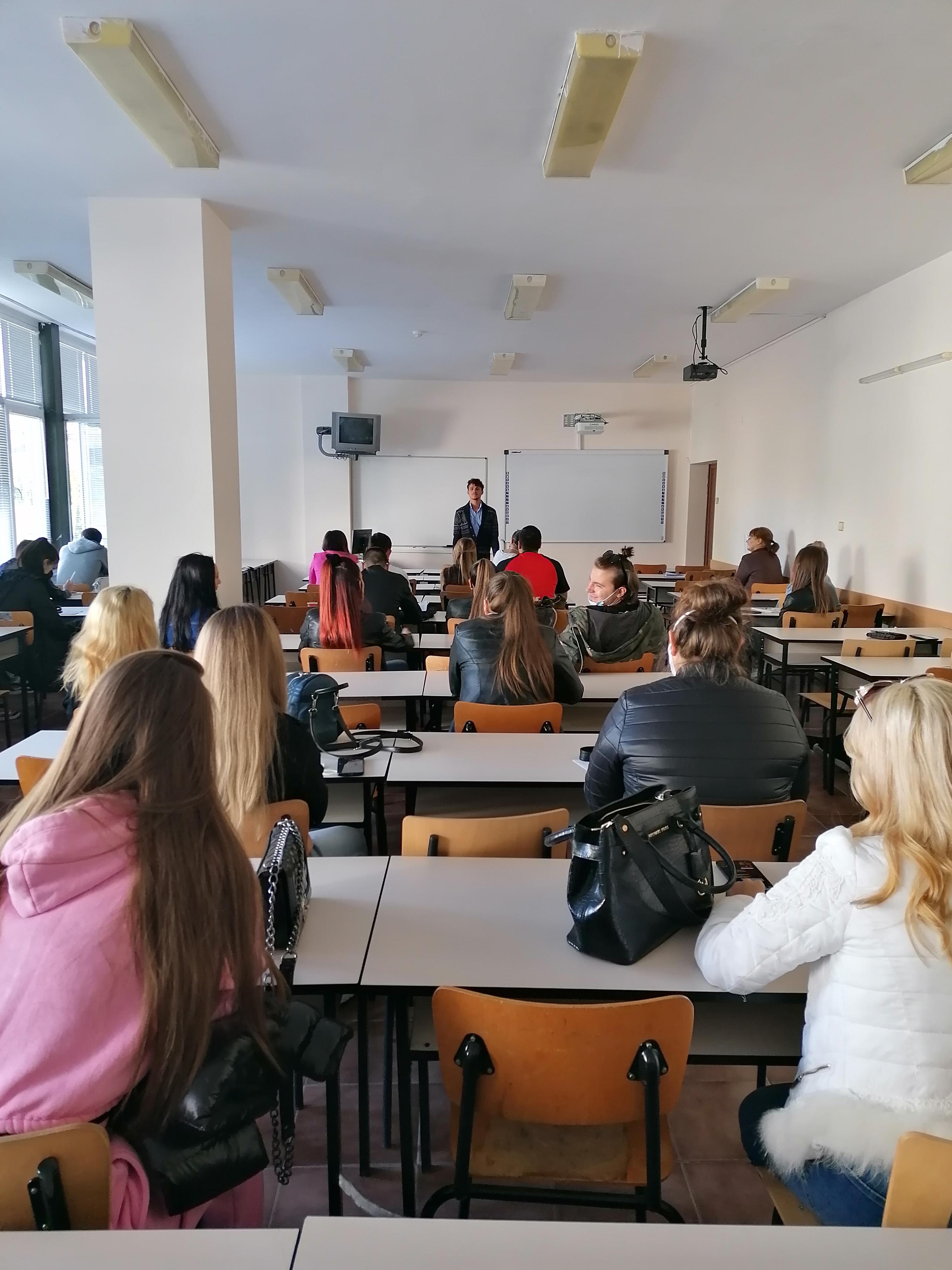 Студентите от специалност  Връзки с обществеността  и Драматичният театър  Никола Вапцаров  ще работят заедно  зад кулисите