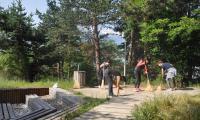 Служителите от Общинска администрация-Разлог развъртяха метли,  почистиха стъпалата към м.  Голак .