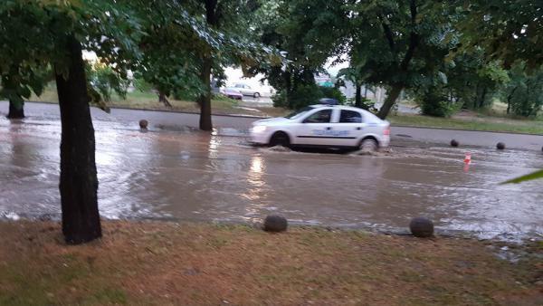 Над 30 мазета и сгради са отводнявали пожарникарите в Пиринско след обилния дъжд