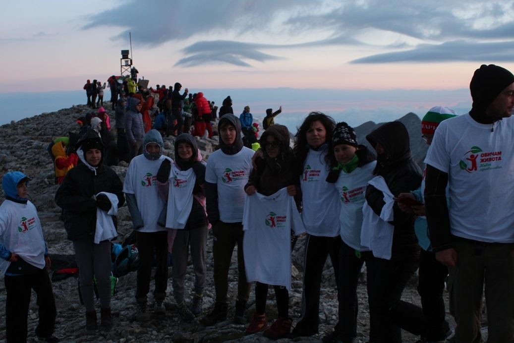 Младежи от Банско и Разлог направиха нощно изкачване на връх Вихрен