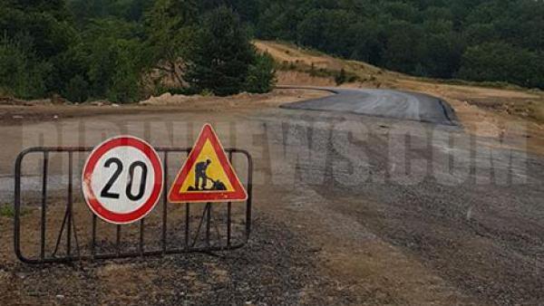 В Струмяни ликуват, положиха се първите метри асфалт на бъдещото ГКПП-Клепало