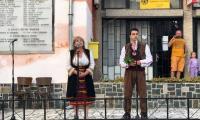 Евродепутат облече народна носия, откри фестивал и хапна селски курбан
